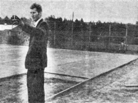 Liikuntaohjaaja Matti Hämäläinen selostaa tennisseuran ja -kentän syntyvaiheita rakenteilla olevalla kentällä.