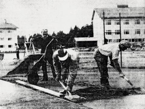 Tenniskentän tekoa vuonna 1963. Kuvassa Pertti Hinkkuri, Viljo Lautamies, Jukka Piispa, takana myllynhoitaja Aimo Lahti.
